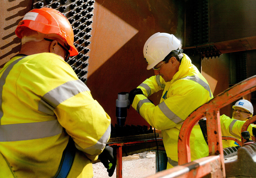 David Cameron installe des boulons TCB